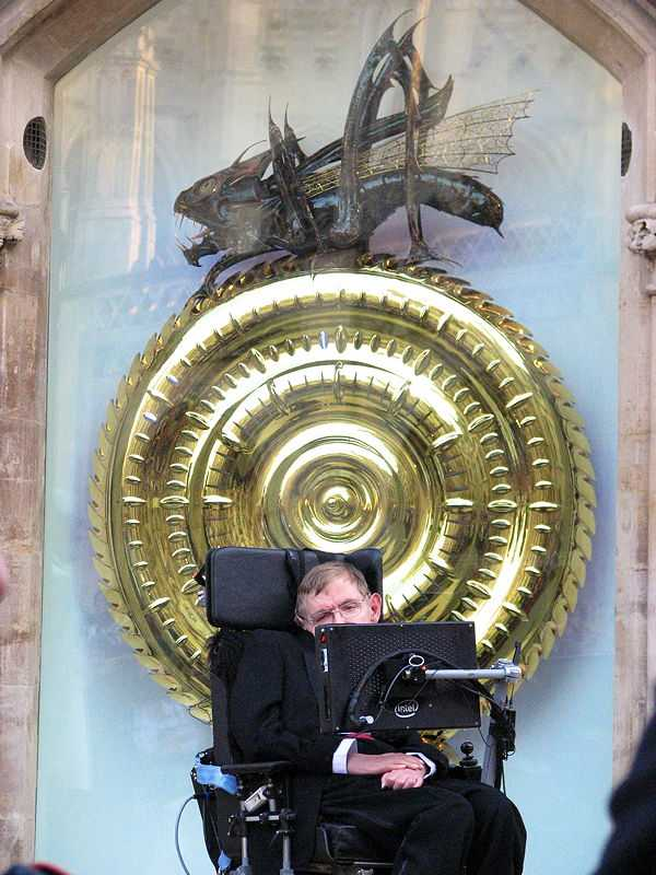 Stephen Hawking introduces the public to the Corpus Clock, at the Taylor Library, Corpus Christi College, Cambridge (© rubberpaw, CC BY-SA 2.0)
