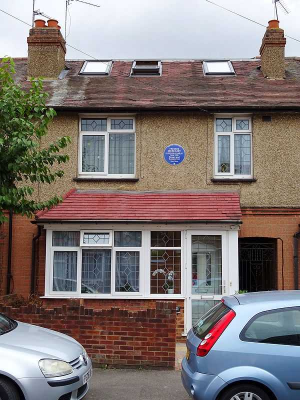1946-1991 Singer and Songwriter Freddie Mercury lived here - 22 Gladstone Avenue, Feltham, London TW14 9LL (© Spudgun67, CC BY-SA 4.0)
