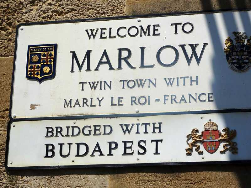 The town sign on the bridge to Marlow (© Acad Ronin, CC BY-SA 4.0)