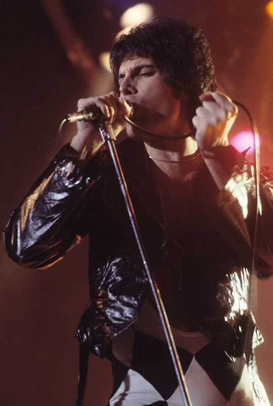 Freddie Mercury in New Haven, CT at a WPLR Show. (© weheartit, CC BY-SA 3.0)