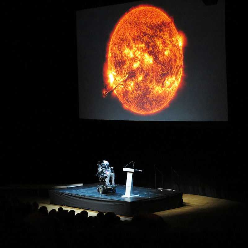 Hawking holding a public lecture at the Stockholm Waterfront congress centre, 24 August 2015 (© Alexandar Vujadinovic, CC BY-SA 4.0)
