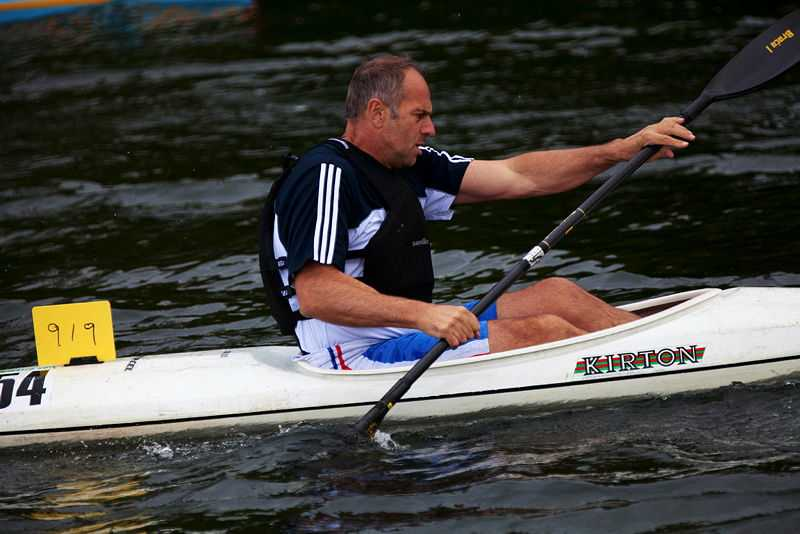 Sir Steve Redgrave racing for Longridge Canoe Club at the Pangbourne Hasler. (© Ollie Harding, CC BY 2.0)
