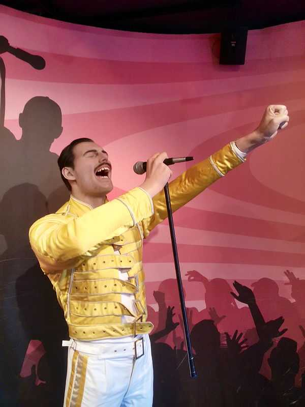 A wax sculpture of Freddie Mercury at Madame Tussauds, Amsterdam. Wearing his yellow military jacket (from his 1986 concerts) (© Busspotter, CC BY-SA 4.0)