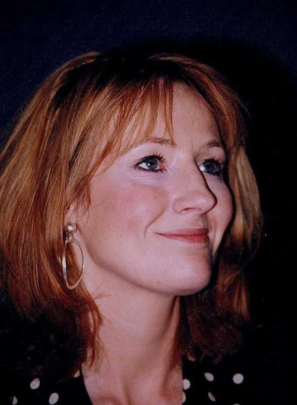 A photo of Rowling at the US National Press Club in 1999 (© John Mathew Smith, CC BY-SA 2.0)