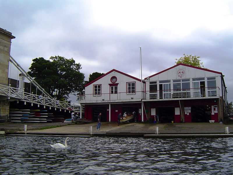 A Marlow Rowing Club Quad showing blade and kit colour (© EdPh2, CC BY-SA 4.0)