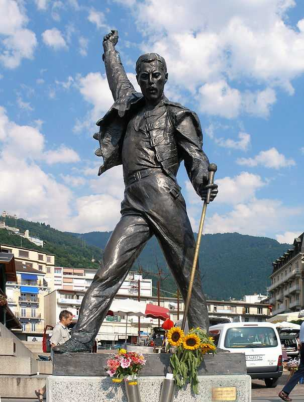 Statue of Freddie Mercury overlooking Lake Geneva in Montreux, Switzerland (© Bernd Brägelmann, CC BY-SA 3.0)