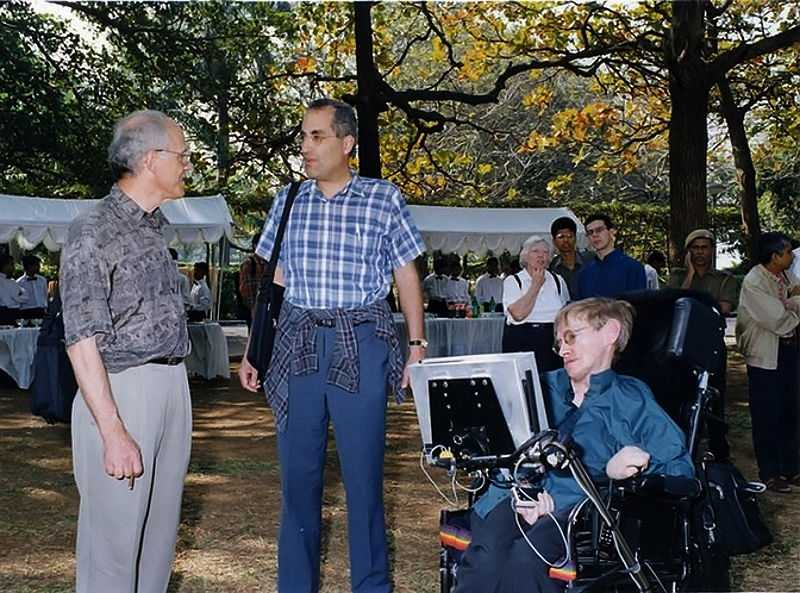 Hawking with string theorists David Gross and Edward Witten at the 2001 Strings Conference, TIFR, India (© Finemann, CC0)