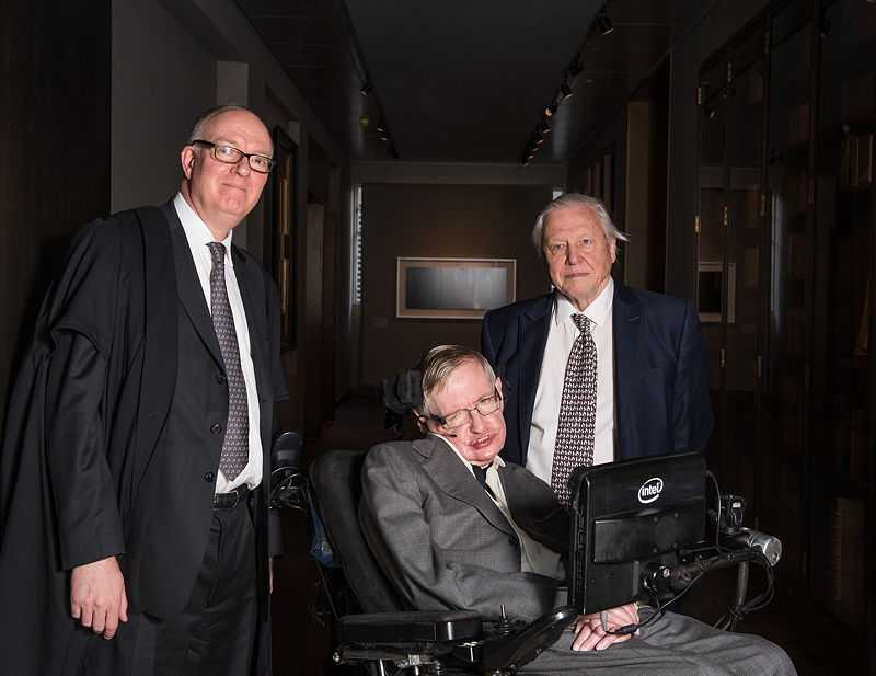 Hawking with University of Oxford librarian Richard Ovenden (left) and naturalist David Attenborough (right) at the opening of the Weston Library, Oxford, in March 2015 (© John Cairns, CC BY 4.0)