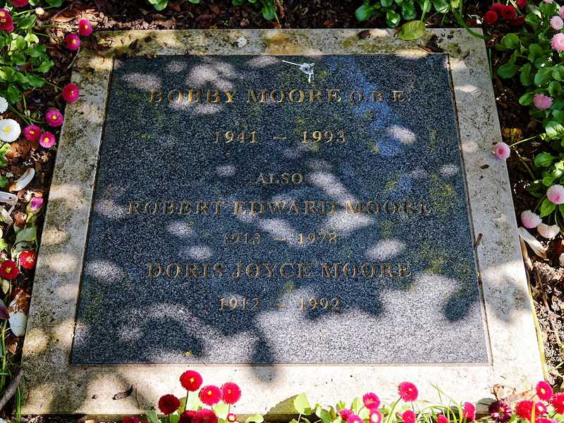 The grave plaque marker of the cremated remains of Bobby Moore, and Robert Edward Moore and Doris Joyce Moore (© Acabashi, CC BY-SA 4.0)