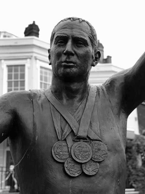 Close up of statue to Sir Steve Redgrave overlooking the Thames at Marlow. (© Steve F, CC BY-SA 2.0)