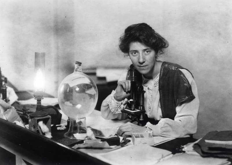 Stopes in her laboratory, 1904
