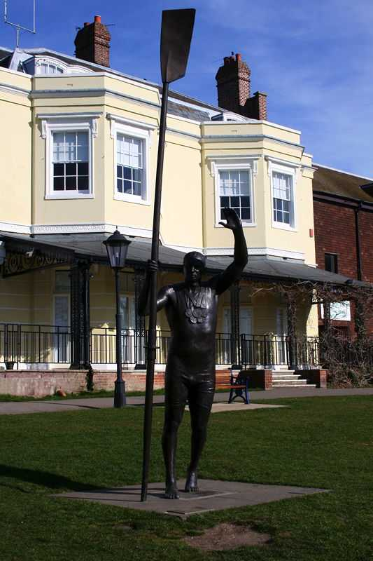 Statue of Redgrave in Higginson Park, Marlow (© Snapper five, CC BY 3.0)
